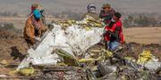 Flera personer går igenom delar av det Boeing 737 Max-plan som störtade i Etiopien.  Mulugeta Ayene / TT NYHETSBYRÅN