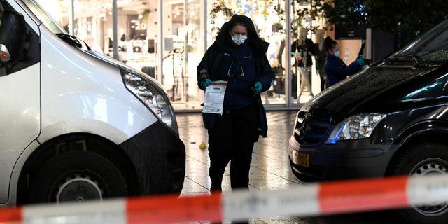 En av polisens kriminaltekniker vid brottsplatsen i Haag. PIROSCHKA VAN DE WOUW / TT NYHETSBYRÅN