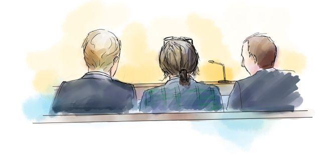 En av de åtalade med sina två advokater när rättegången om Falcon Funds-härvan startade i Stockholms tingsrätt. PETRA FRID/TT / TT NYHETSBYRÅN