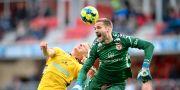 Elfsborgs Per Frick kolliderar med Kalmars målvakt Lucas Hägg Johansson under matchen. Patric Söderström/TT / TT NYHETSBYRÅN
