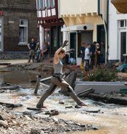en hjälparbetare u tyska staden Bad Münstereifel under översvämningarna.  Roberto Pfeil / TT NYHETSBYRÅN