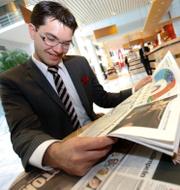 Jimmie Åkesson bläddrar i morgontidningarna dagen efter valet 2010/Åkesson tidigare i år. TT