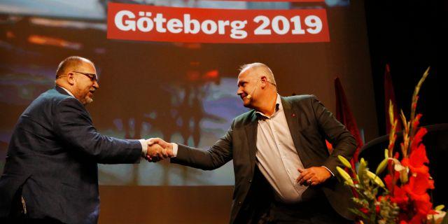 Thorwaldsson och Sjöstedt skakar hand under Vänsterpartiets kommundagar i början av november. Henrik Brunnsgård/TT / TT NYHETSBYRÅN