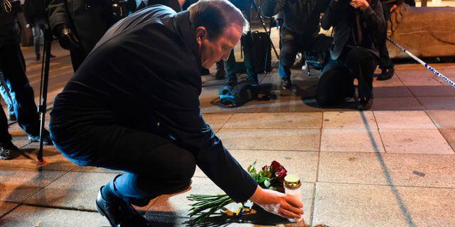 Statsminister Stefan Löfven (S) lägger blommor på platsen i centrala Stockholm. JONATHAN NACKSTRAND / AFP
