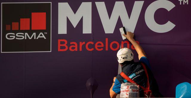 Arbetare satte upp affisch för MWC i Barcelona på tisdagen. Emilio Morenatti / TT NYHETSBYRÅN