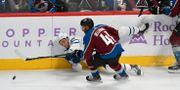 Pierre Engvall försöker ta pucken från Colorado Avalanche Pierre-Edouard Bellemare.  John Leyba / TT NYHETSBYRÅN