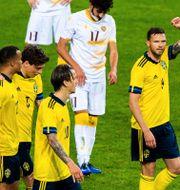 Marcus Berg höjer handen.  JESPER ZERMAN / BILDBYRÅN