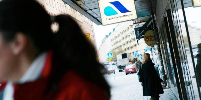 Personer utanför en arbetsförmedling i Stockholm.  HENRIK MONTGOMERY / TT NYHETSBYRÅN