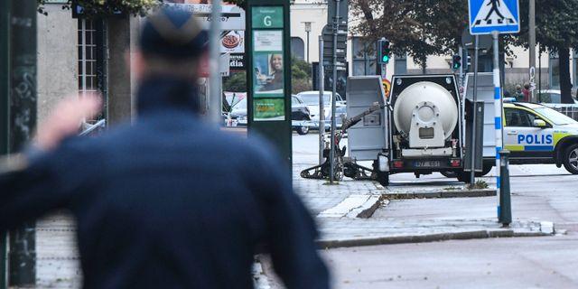 Polisens bombrobot lastar det farliga föremålet i bombvagn Johan Nilsson/TT / TT NYHETSBYRÅN