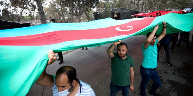 Demonstranter i Baku. Aziz Karimov / TT NYHETSBYRÅN
