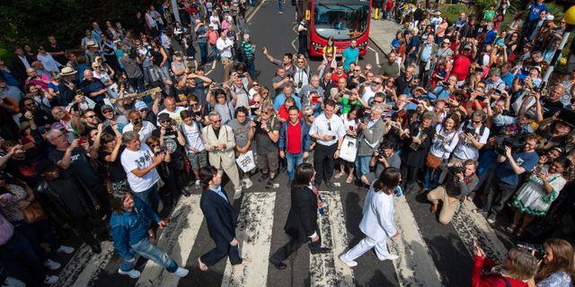 """Fans och Beatles-lookalikes samlade vid det ikoniska övergångsstället vid firandet av 50-årsjubileet av """"Abbey Road""""  Dominic Lipinski / TT NYHETSBYRÅN"""