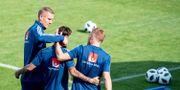 Jimmy Durmaz blir omkramad av lagkamrater.  JOEL MARKLUND / BILDBYR N