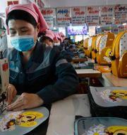 Fabriksarbetare i Nordkoreas huvudstad Pyongyang. Jon Chol Jin / TT NYHETSBYRÅN