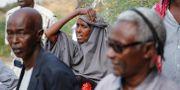 Anhöriga utanför ett sjukhus i Mogadishu. Farah Abdi Warsameh / TT NYHETSBYRÅN