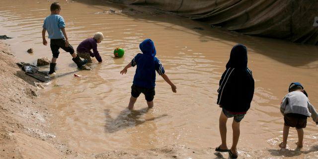 Barn leker i det kurdiskkontrollerade lägret al-Hol i nordöstra Syrien. Arkivbild. Maya Alleruzzo / TT NYHETSBYRÅN