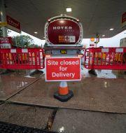 Bränsle levereras efter att det tagit slut vid en station i Manchester, 27 september.  Jon Super / TT NYHETSBYRÅN