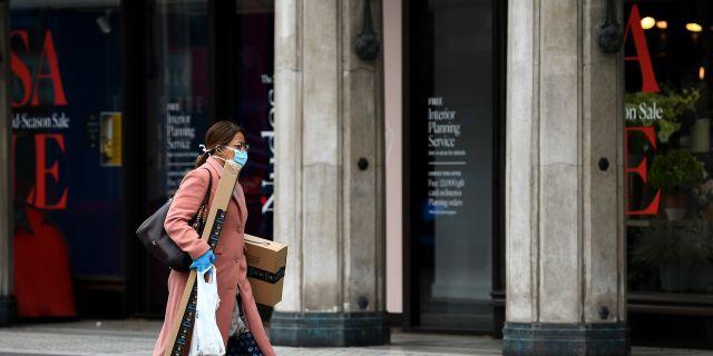 Kvinna med skyddsmask i London. DYLAN MARTINEZ / TT NYHETSBYRÅN