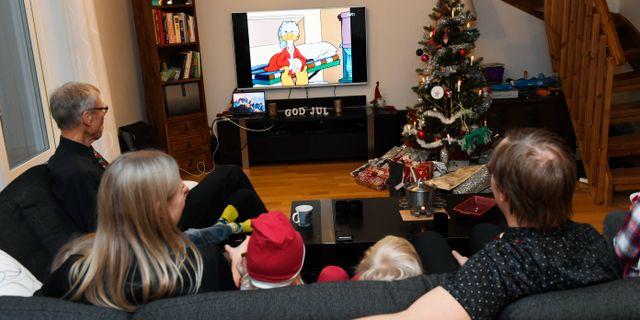 En familj tittar på Kalle Ankas jul/arkiv.  Pontus Lundahl/TT / TT NYHETSBYRÅN