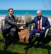 Emmanuel Macron och Joe Biden skakar hand på G7-mötet i juni. Redan då var planerna långt gångna. Patrick Semansky / TT NYHETSBYRÅN