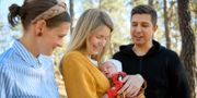 Joanna Nordin (vänster) blev Viktoria Asps förlossningspartner när Emil Stenström blev nekad att följa med.   Jessica Gow/TT / TT NYHETSBYRÅN