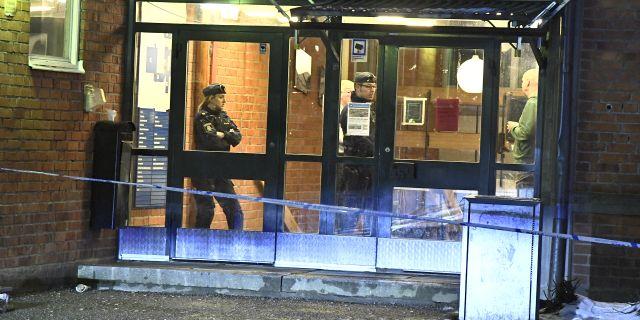 Polisen på plats vid gymnasieskolan. Claudio Bresciani/TT / TT NYHETSBYRÅN