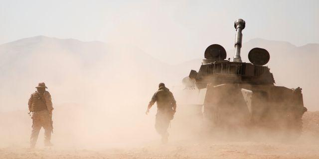 Arkivbild. En soldat intill en tanker i Qalamoun.  Omar Sanadiki / TT NYHETSBYRÅN