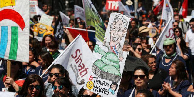 Demonstranter i Chile. Esteban Felix / TT NYHETSBYRÅN