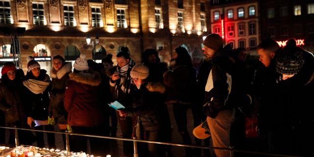 Människor tänder ljus i Strasbourg Christophe Ena / TT NYHETSBYRÅN/ NTB Scanpix