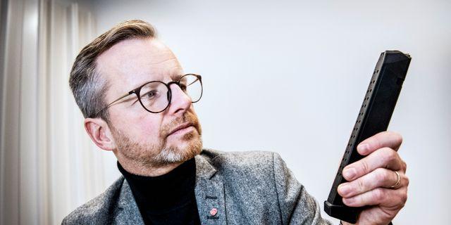 Mikael Damberg visar en typ av vapenmagasin som är vanligt förekommande bland kriminella. Tomas Oneborg/SvD/TT / TT NYHETSBYRÅN