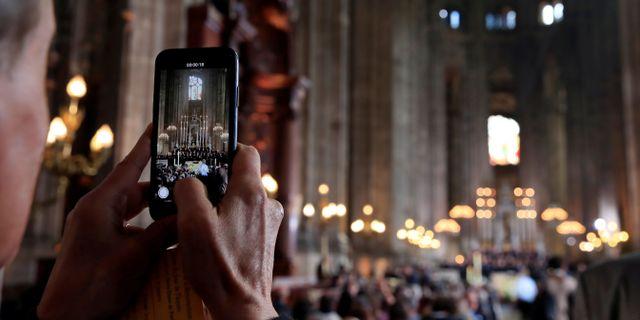 En besökare tar ett fotografi i katedralen. GONZALO FUENTES / TT NYHETSBYRÅN