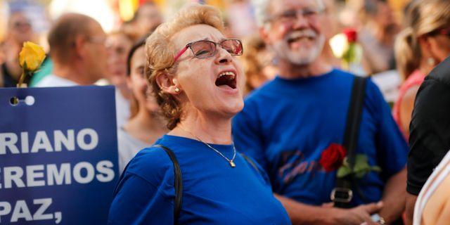 En kvinna skriker under en marsch mot terrorism på lördagen i Barcelona PAU BARRENA / AFP