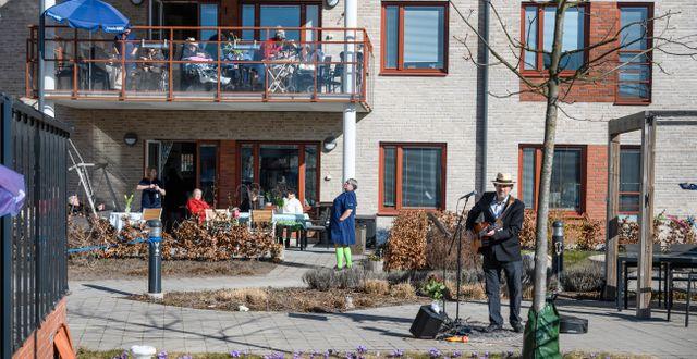 Trubaduren Mikael Edfelt höll under våren en utomhuskonsert för boende på Attendos äldreboende i Täby. Anders Wiklund/TT / TT NYHETSBYRÅN