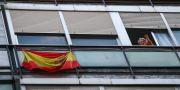 En kvinna på en balkong i Madrid applåderar vårdpersonalen i Spanien. SERGIO PEREZ / TT NYHETSBYRÅN