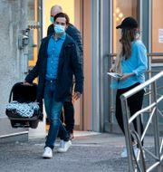 Prins Carl Philip och prinsessan Sofia lämnar förlossningen vid Danderyds sjukhus. Pontus Lundahl/TT / TT NYHETSBYRÅN