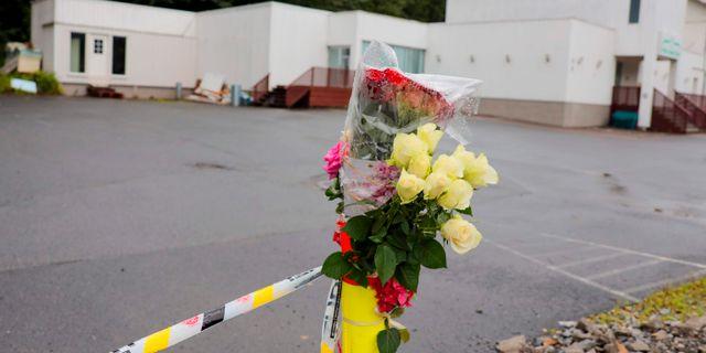 Blommor utanför den moské som Manshaus attackerade.  ORN E. BORGEN / NTB Scanpix