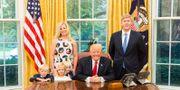 Donald Trump tillsammans med Nick Ayers med familj. WHITE HOUSE / TT NYHETSBYRÅN