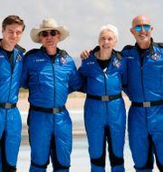 Passagerarna Oliver Daemen, Jeff Bezos, Wally Funk och Mark Bezos i samband med deras rymdtur Tony Gutierrez / TT NYHETSBYRÅN