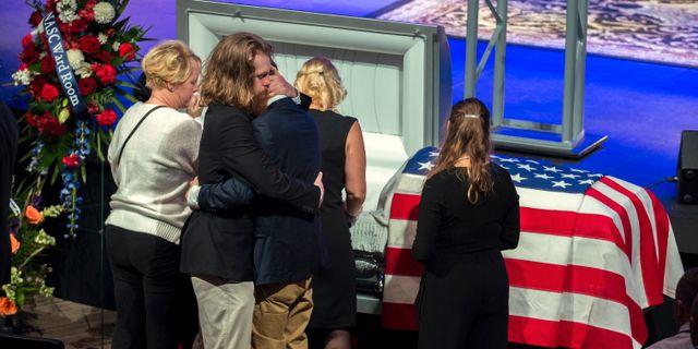 Anhöriga till ett av offren vid begravningen. Stephen B. Morton / TT NYHETSBYRÅN