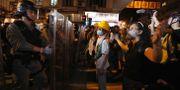Demonstranterna står öga mot öga med kravallpolisen i Hongkong under dagens protester. Bobby Yip / TT NYHETSBYRÅN/ NTB Scanpix