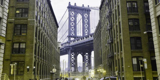 Området Dumbo i Brooklyn, sedd av någon som har   deuteranopi, det vill säga svårt att skilja mellan grönt och rött. Lenstore