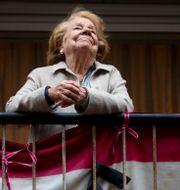 Illustrationsbild: Kvinna på balkong i Madrid under pandemin. Manu Fernandez / TT NYHETSBYRÅN