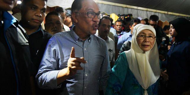 Anwar Ibrahim med sin fru. MOHD RASFAN / AFP
