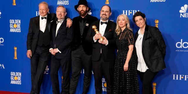 Skådespelarna i Chernobyl tillsammans med regissören och manusförfattaren.  MIKE BLAKE / TT NYHETSBYRÅN