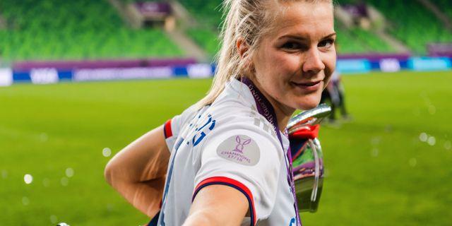 Ada Hegerberg med CL-bucklan efter finalen mellan Lyon och Barcelona. JON OLAV NESVOLD / BILDBYRÅN NORWAY