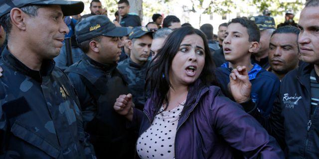 En kvinna protesterar i Tunis den 14 januari.  YOUSSEF-BOUDLAL / TT NYHETSBYRÅN