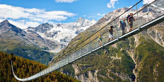 I omgivningen syns bergen Matterhorn, Weisshorn och Alperna. TT / NTB Scanpix