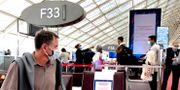 Munskydd och temperaturkontoll av flygpassagerare på Paris-Charles de Gaulle flygplats i Paris.  Adam Ihse TT / TT NYHETSBYRÅN