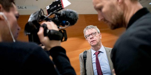 """Rättegången i så kallade """"Billdalsfallet"""" åklagare Thomas Ahlstrand pratar med reportrar. Björn Larsson Rosvall/TT / TT NYHETSBYRÅN"""