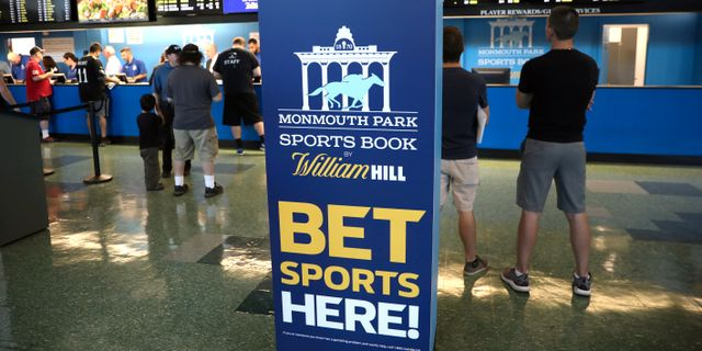 Arkivbild: Gamblers place bets on sports at Monmouth Park Sports Book by William Hill, shortly after the opening of the first day of legal betting on sports in Oceanport, New Jersey, U.S. Mike Segar / TT NYHETSBYRÅN