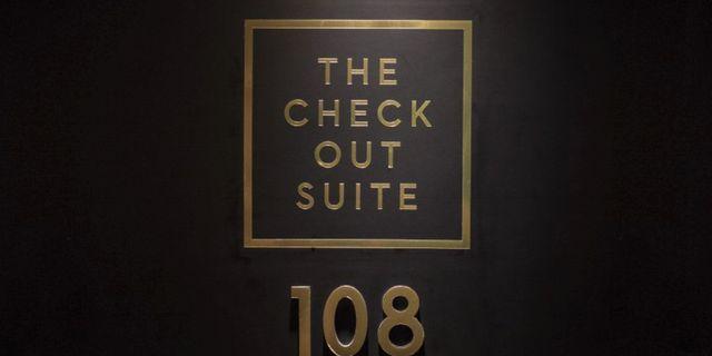 """Priset på hotellrummet ökar i takt med lampans färg från noll kronor till fullpris med en kostnad på 20 kronor per """"surfminut"""". Hotel Bellora"""
